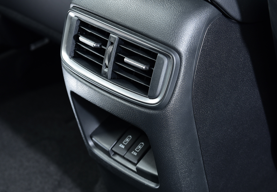 SECOND ROW REAR AIR VENTS WITH 2 USB PORT